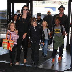 عکس جدید منتشرشده در فرودگاه لوس آنجلس از قرار معلوم انگار برای تولد آنجلینا برد تصمیم گرفته سنگ تموم بذاره  ^___•