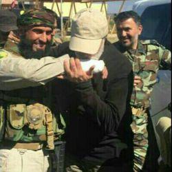 رزمنده ای که خودش رو به شکل داعشی ها درآورده و بین اونها رفته و حدود 500 نفر از اون معلونها رو به درک واصل کرده و برگشته حالا سردار سلیمانی به دستانش بوسه می زنه