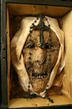 سر مومیایی شده یک راهبه