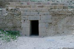 طاق شیرینو فرهاد یکی از آثار باستانی دوره ساسانیان هست که در30کیلومتری شهرستان ایوان(استان ایلام) قرار داره...براساس روایت میگن که یه شب شیرین وهمسرش فرهاد از این مکان عبور میکنند وفرهاد از سنگ های بسیار سنگین برای همسرش یه پناهگاه رو درست کرده..که اون یک شب رو اروم وراحت بخوابه .....