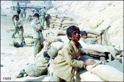 رزمنده ۱۴ ساله ای را به اسارت گرفته بودند. فرماندهی عراقی وقتی او را دید و متوجه سنش شد، پرسید مگر سن سربازی ۱۸ سال نیست؟ خمینی سن سربازی را پایین آورده؟ رزمنده در جواب عراقی گفت نه، سن سربازی همان ۱۸ سال است، خمینی سن عشق را پایین آورده.