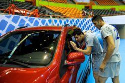 خبرگذاری سیمرغ : در جریان تمرینات تیم ملی والیبال كشورمان پیش از بازی با آمریکا، شهرام محمودی و مجتبی میرزاجانپور به این ماشین پارک شده در سالن آزادی اینگونه خیره شده اند.
