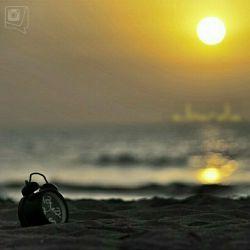 دور میشوی،غروب میکند...ثانیه های نبودنت حتی برای خورشید هم زجر آور است.که این گونه پشت اشک های دریا پنهان میشود...